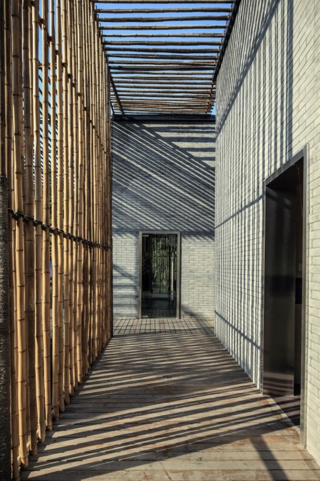510168c5b3fc4b4e00000014_bamboo-courtyard-teahouse-harmony-world-consulting-design_teahouse_13_corridor-666x1000